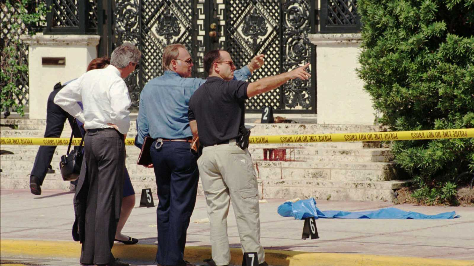 The Real Life Crime Scene Photos From The Assassination Of Gianni Versace Crime Online